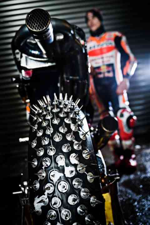freestyle-extreme-motocross-Marc-Marquez-spike-tyres